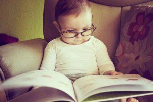 Bebê lendo livro