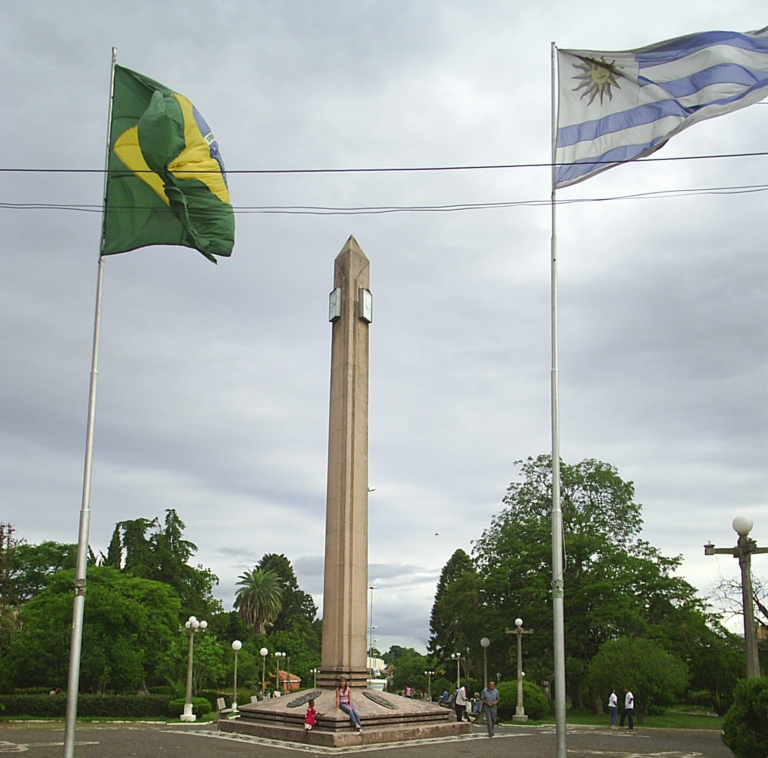 Obelisco na fronteira da paz