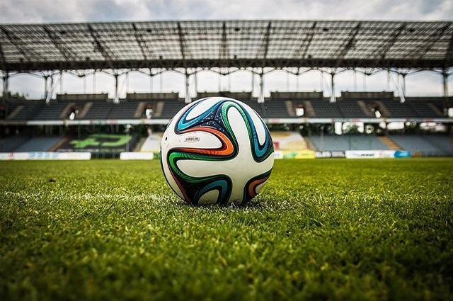 Imagem de bola de futebol em gramado de estádio