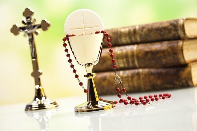 Imagem de crucifixo, Bíblias, terço e Eucaristia