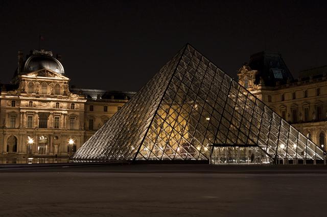 É no Museu do Louvre que fica exposta a pintura da Mona Lisa