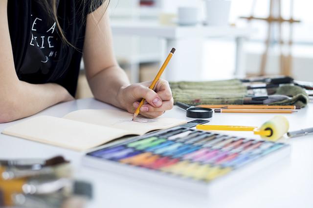 Seja para presentear alguém ou ter como hobby, um caderno de desenho pode ser uma ótima aposta