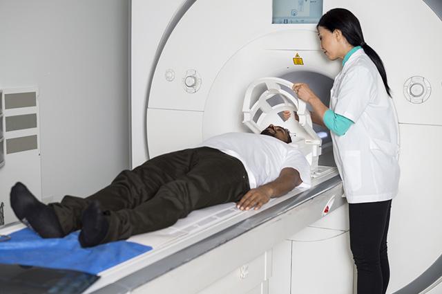 O exame da tomografia é semelhante ao raio x e, em alguns casos, precisa de jejum