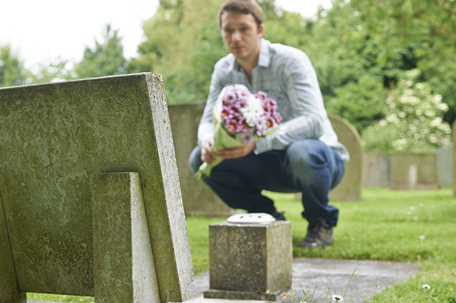 Nessa data as pessoas levam velas e flores para os jazigos dos entes queridos já falecidos