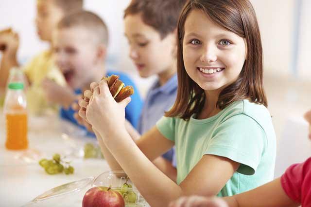 O que a criança come na escola é refletido no seu desempenho escolar