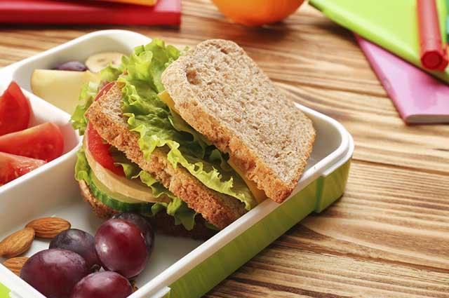 As frutas da estação e seus sucos são opções para a criança comer na escola