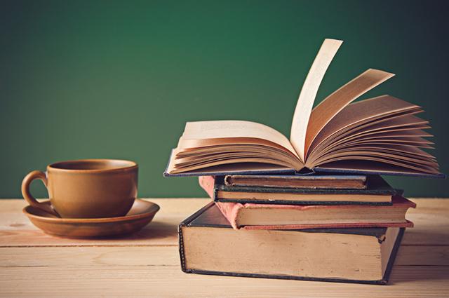 Para trabalhar como revisor de texto você pode se especializar em jornalismo ou letras