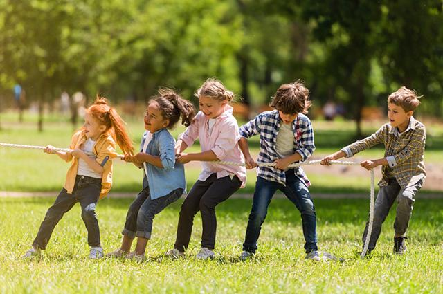 Crianças brincando cabo de guerra