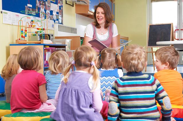 Professora lendo livro para alunos