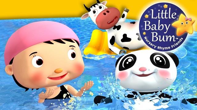 Menina, panda e vaca dentro de piscina