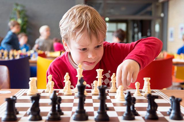 Menino jogando xadrez