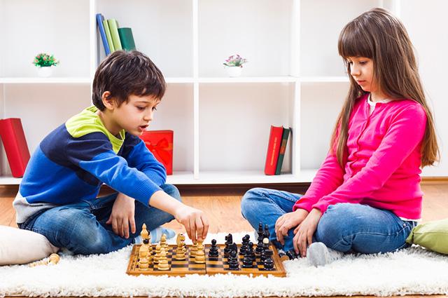 Dupla jogando xadrez