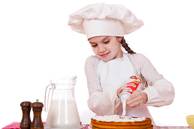 Menina fazendo bolo