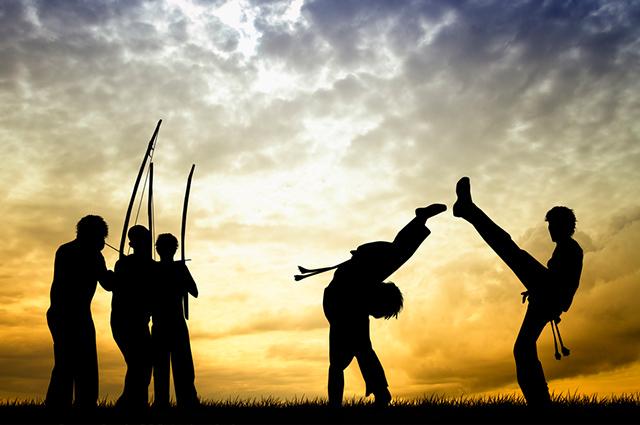 Grupo jogando capoeira