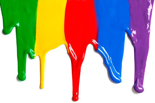 Tintas de cores diferentes escorregando na tela branca