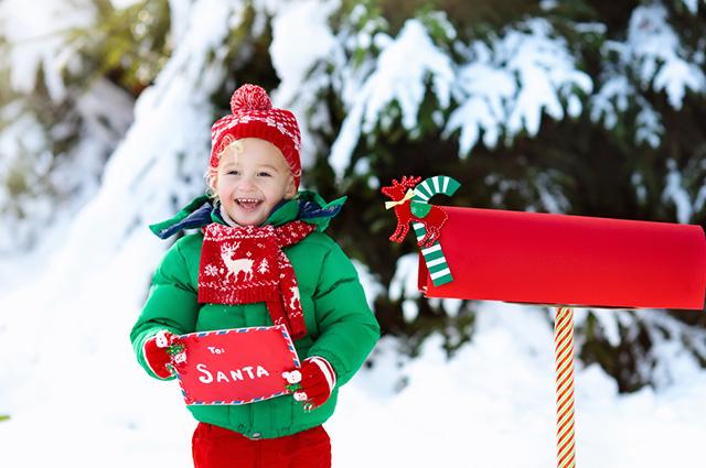 Criança enviando carta pelo correio