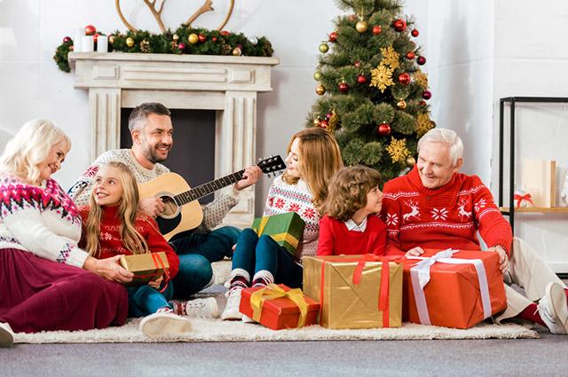Família reunida no Natal cantando