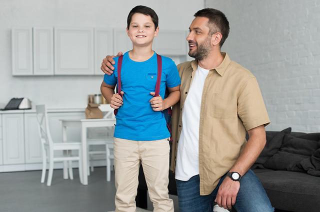 Pai e filho abraçados