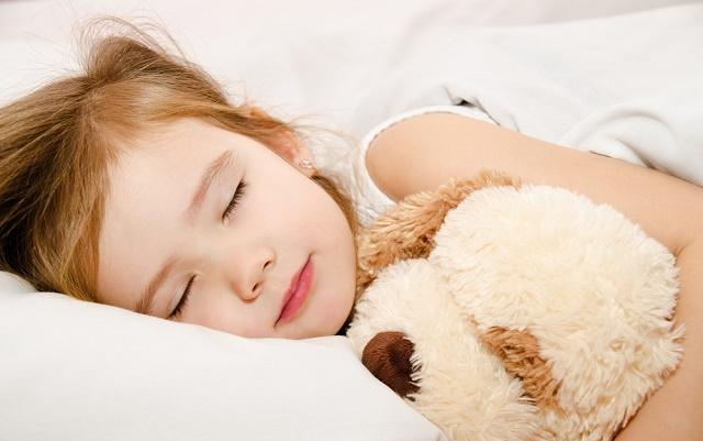 Menina dormindo com ursinho