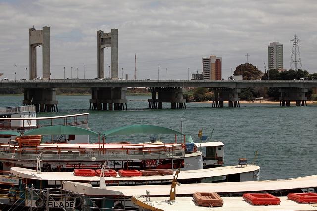 Barcos e ponte no rio
