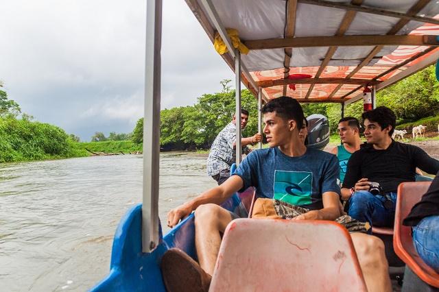 Jovens em um barco